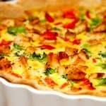 Hjemmelavet tærte med kylling. Tærten bages også med broccoli, bacon og rød peberfrugt. Foto: Guffeliguf.dk.