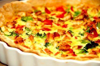 Hjemmelavet tærte med kylling. Tærten bages også med broccoli, bacon og rød peberfrugt. Foto: Madensverden.dk.