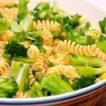 Verdens bedste pastasalat, og den er så nem at lave. Bland pasta med broccolibuketter, majs og persille, og vend pastasalaten med lidt olivenolie. Foto: Guffeliguf.dk.