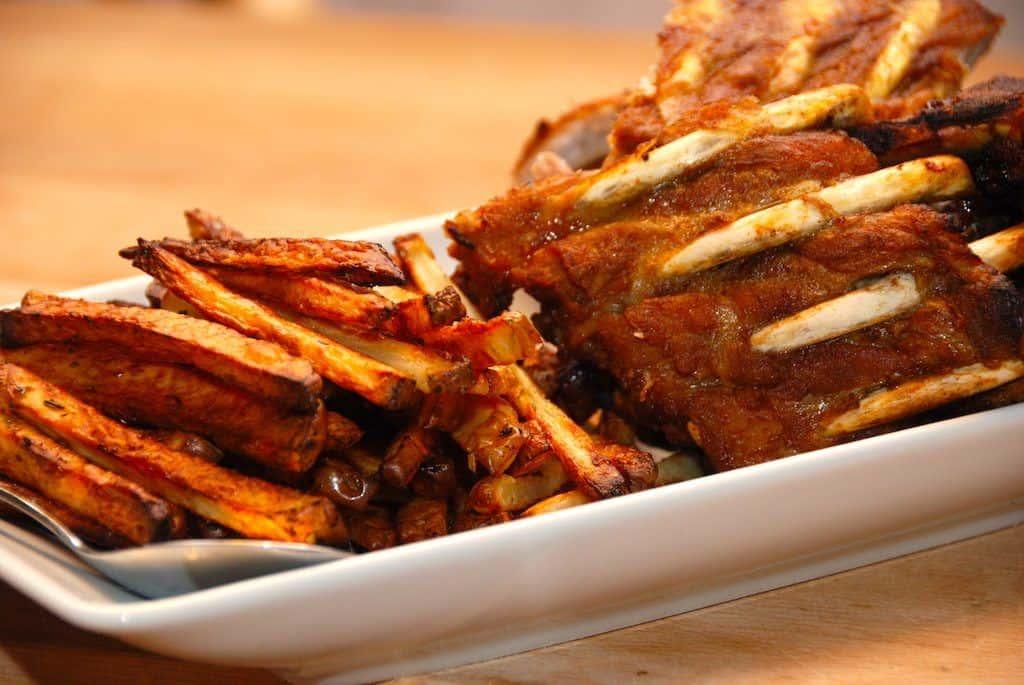Lækre og ovnstegte BBQ ben med pommes frites. Serveres selvfølgelig med hjemmelavet bearnaise sauce og dampet broccoli. Foto: Guffeliguf.dk.