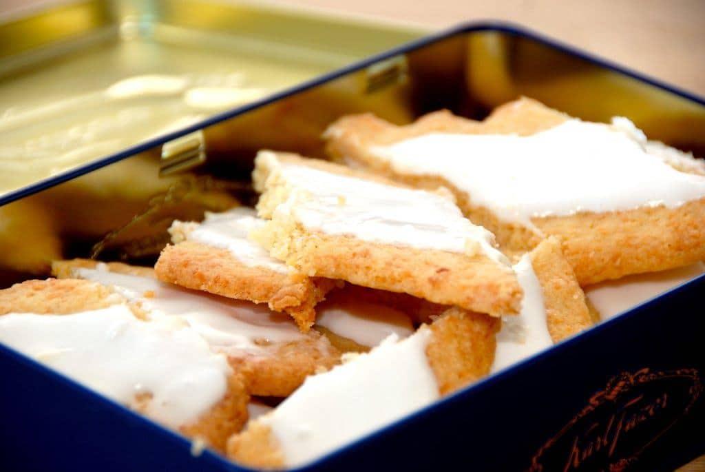Sådan ser de bedste fedtebrød ud. Småkagerne er særdeles nemme at bage, og de pyntes med glasur, der laves af flormelis og pasteuriseret æggehvide. Foto: Guffeliguf.dk.