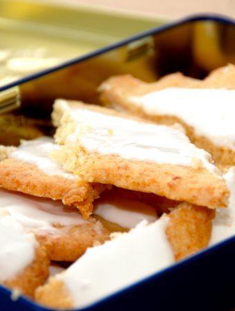 Sådan ser de bedste fedtebrød ud. Småkagerne er særdeles nemme at bage, og de pyntes med glasur, der laves af flormelis og pasteuriseret æggehvide. Foto: Madensverden.dk.