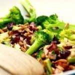 Lækker broccolisalat med bacon, som du kan servere til mange forskellige retter med kød. Eller bruge broccolisalaten som hovedret med et godt stykke brød til. Foto: Madensverden.dk.