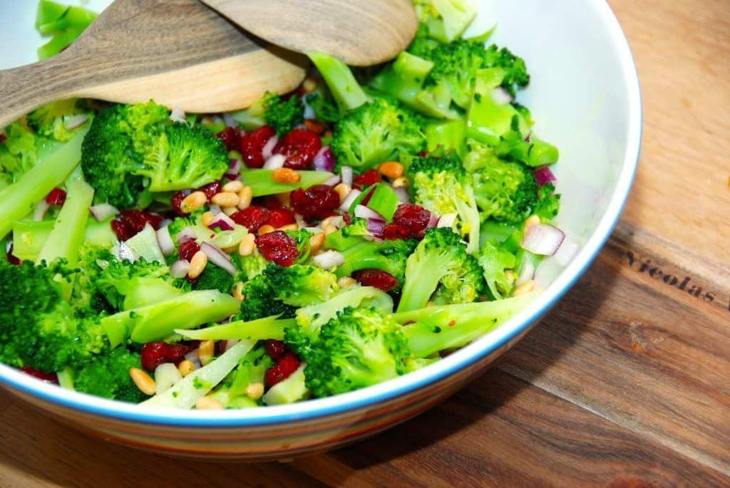 Broccolisalat med den bedste dressing opskrift