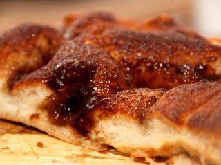 En dejlig hurtig brunsvigerkage uden gær, der i stedet bages med bagepulver. Som du kan se på billedet, så skal brunsvigeren have masser af snask. Foto: Madensverden.dk.