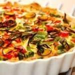 Lækker grøntsagstærte uden kød. Tærten er i stedet for bacon og skinke fyldt med broccoli, asparges, porre og peberfrugt. Foto: Guffeliguf.dk.