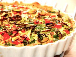 Lækker grøntsagstærte uden kød. Tærten er i stedet for bacon og skinke fyldt med broccoli, asparges, porre og peberfrugt. Foto: Madensverden.dk.