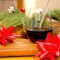 Hjemmelavet gløgg, der er lavet med hel kardemomme, nelliker og kanel. Denne gløgg har den helt rigtige smag af jul, og den rundes af med portvin og mørk rom. Foto: Madensverden.dk.