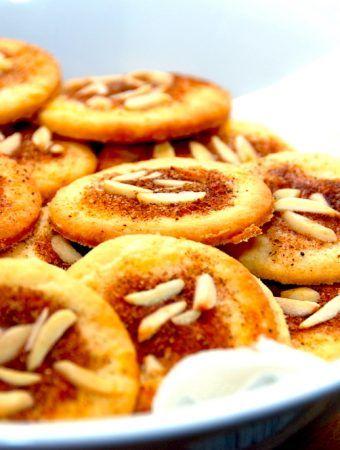 De mest lækre jødekager, der er bagt med lidt hjortetaksalt, hvilket gør småkagerne mere sprøde.Jødekagerne pyntes med kanelsukker og mandler. Foto: Madensverden.dk.