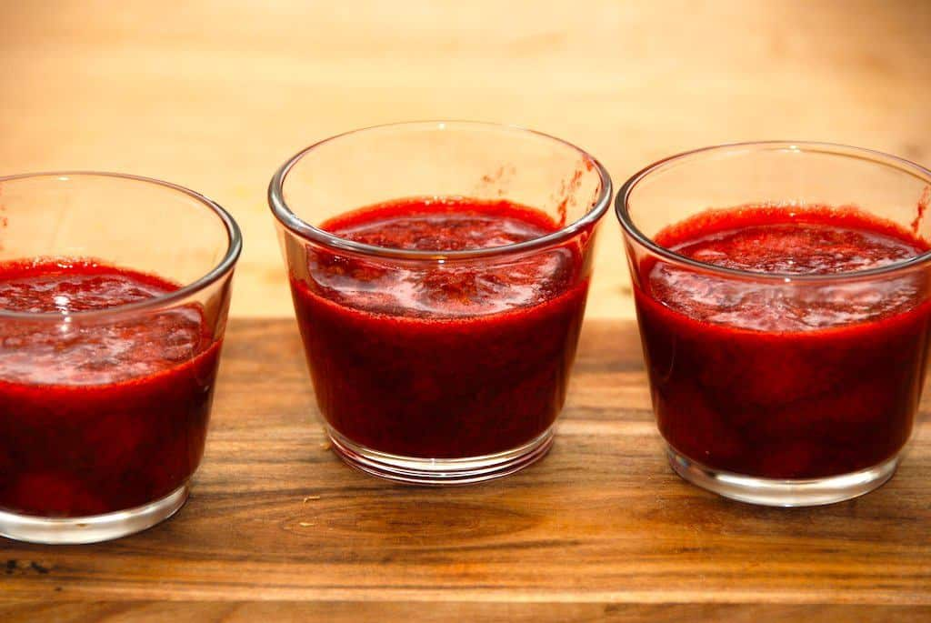 Frosne jordbær er hurtige at trylle om til en dejlig dessert. 400 gram frosne bær bliver nemt til fire dejlige glas med jordbærgrød. Kan serveres med fløde, mælk eller flødeskum. Foto: Guffeliguf.dk.