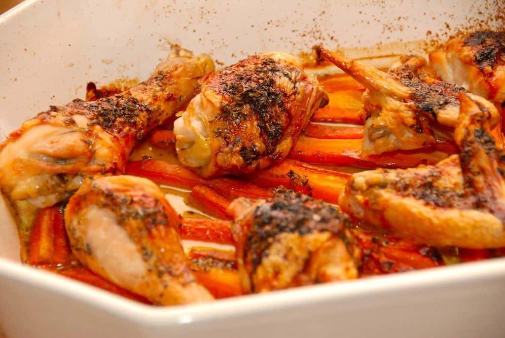 Lørdagskylling er lige så god og nem på alle andre af ugens dage. Den parterede kylling lægges i et ildfast fad, og steges i ovnen i 45 minutter. Foto: Guffeliguf.dk.
