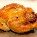 Meget mør og langtidsstegt kylling i ovn, der samtidig har et sprødt skind. Kyllingen fyldes med franskbrød og persille. Den kødfulde kylling her er fra Gråsten Fjerkræ. Foto: Guffeliguf.dk.