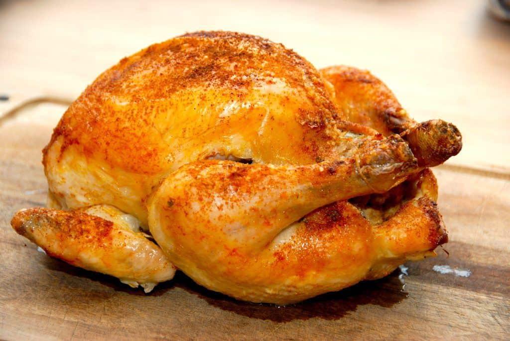 Meget mør og langtidsstegt kylling i ovn, der samtidig har et sprødt skind. Kyllingen fyldes med franskbrød og persille. Den kødfulde kylling her er fra Gråsten Fjerkræ. Foto: Madensverden.dk.