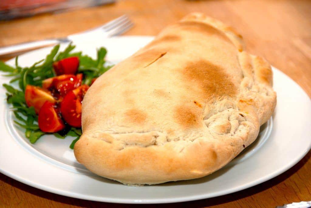 Lækker og hjemmelavet pizza calzone, der er fyldt med en vidunderlig kødsauce. Foto: Guffeliguf.dk.