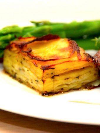 Pommes anna er en lækker kartoffel, der bruges som tilbehør til kødretter når det skal være ekstra godt. Foto: Maadensverden.dk.