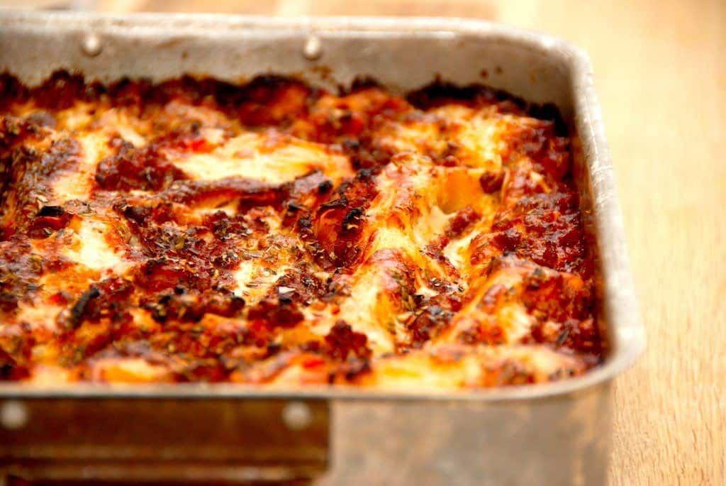En lækker og saftig lasagne, der her er lavet uden ost på toppen. Men du klan sagtens også give den en god omgang ost. Foto: Guffeliguf.dk.
