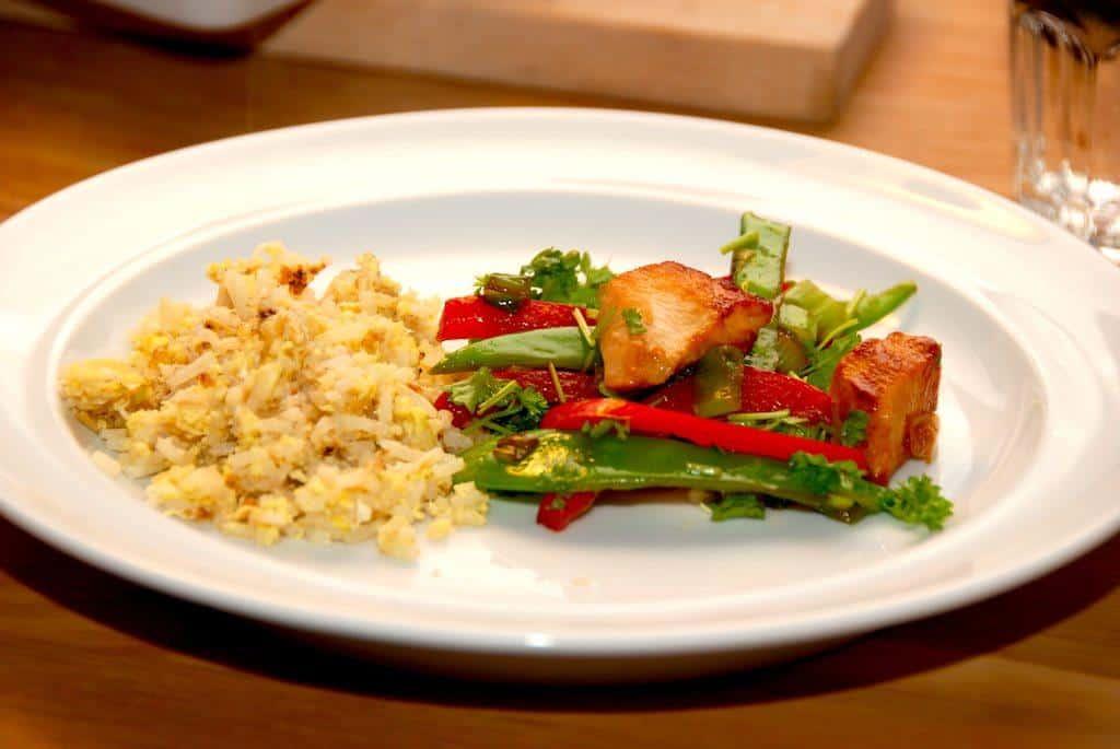 Stegte ris er både hurtige og nemme at lave i en varm wok eller pande. Risene steges kort, inden æggemassen vendes i. Foto: Guffeliguf.dk.