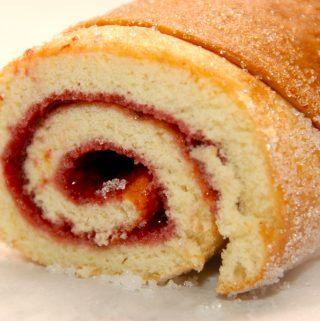 Verdens bedste hindbærroulade, der bages på blot fem minutter. Rouladen lægges sammen med en skøn hindbærroulade, og så er den klar til en god kop kaffe. Foto: Madensverden.dk.
