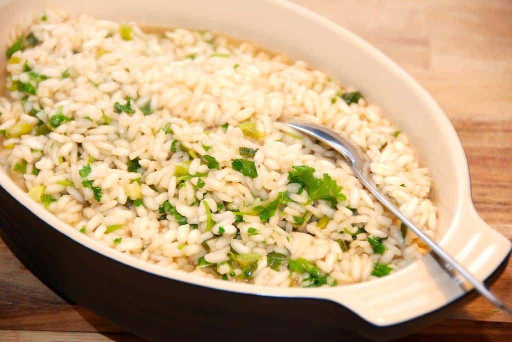 Lækker basis risotto opskrift, så du altid ender op med en virkelig god risotto. Her er den vendt med en frisk persille. Foto: Guffeliguf.dk.