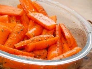 billede med honningbagte gulerødder i fad