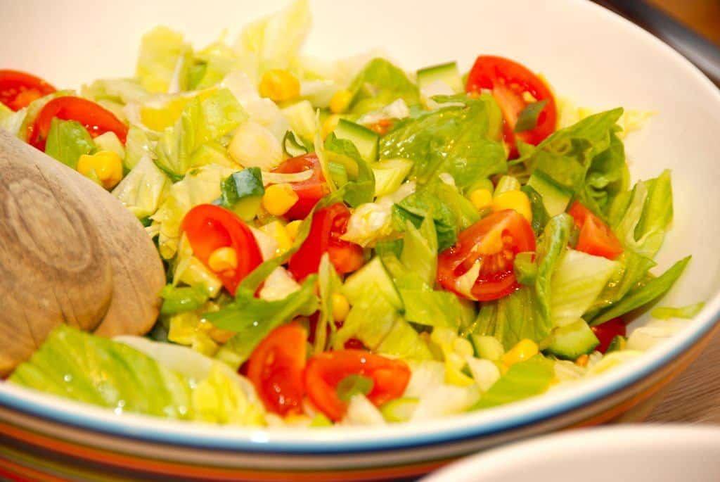 God blandet salat, der laves med iceberg, tomater, lidt agurk, løse majs og fintsnittede forårsløg. Foto: Guffeliguf.dk.
