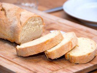 Super sprøde ciabattabrød, der er klassiske madbrød fra Italien. Du laver dem sprøde ved at lade ovnlågen stå på klem den sidste tid under bagningen. Foto: Guffeliguf.dk.