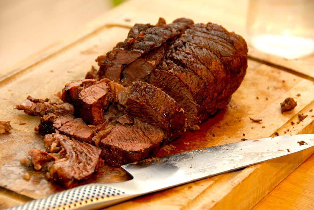 Ved at lave en gammeldags oksesteg i stegeso i ovnen, får du et virkelig mørt og lækkert stykke kød. Her er oksestegen lavet af et stykke oksetykkam. Foto: Guffeliguf.dk.