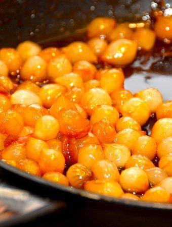 Gyldne og saftige glaserede perleløg, der er stegt på panden i sukker, smør og lidt fond. Perleløg er lækkert tilbehør til langtidsstegte oksestege. Foto: Madensverden.dk.