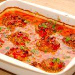 Ser det ikke fristende ud? Hakkebøffer med baconflødesovs, der steges færdige i et fad i ovnen. Hakkebøfferne og den gode sovs kan nydes sammen med hjemmelavet kartoffelmos og en dejlig salat. Foto: Madensverden.dk.