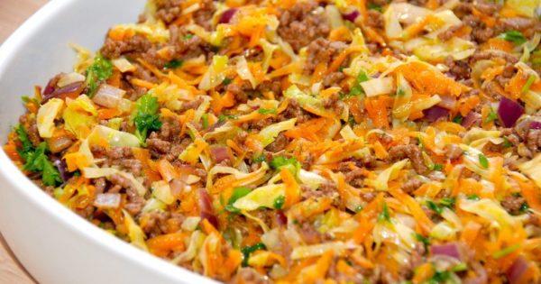 Hakket oksekød og spidskål steges i et ovnfast fad i ovnen, og er en nem ret, som alle kan lide. Foto: Madensverden.dk.