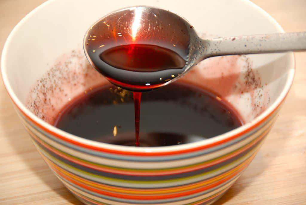 Lækker og hjemmelavet solbær sirup, der koges på solbærsaft og rørsukker. Denne solbærsirup er også tilsat lidt vaniljesukker. Foto: Guffeliguf.dk.