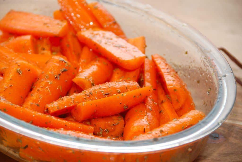 Lækre og honningbagte gulerødder, der tilberedes med akacie honning, olivenolie, citronsaft og oregano. Dejligt tilbehør til mange kødretter. Foto: Guffeliguf.dk.