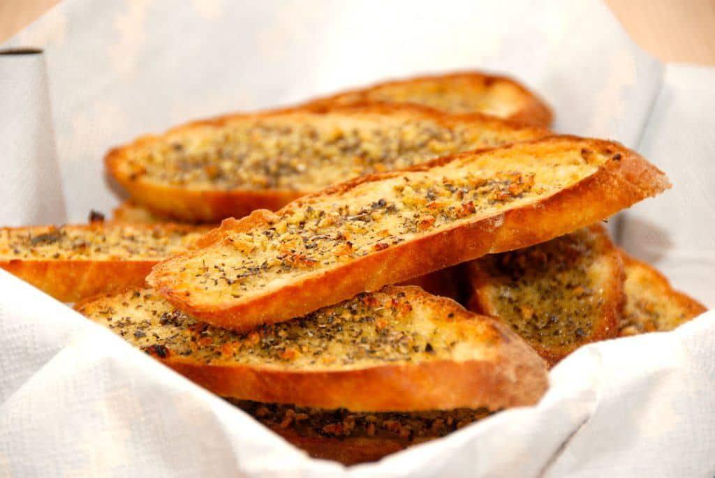 Sprøde hvidløgsbrød, der er tynde skiver brød, der bages i ovnen. Brødskiverne smøres med hvidløgsolie, og bages sprøde i fem minutter. Foto: Guffeliguf.dk.