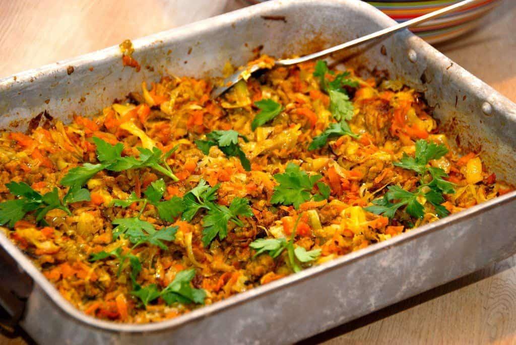 Kål med hakket kød og karry i ovn