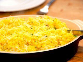 Lækre karryris, der er kogte ris, som vendes et par teskefulde god karry. Karryrisene passer godt til et stykke kylling. Foto: Madensverden.dk.