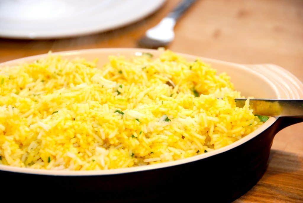 Lækre karryris, der er kogte ris, som vendes et par teskefulde god karry. Karryrisene passer godt til et stykke kylling. Foto: Guffeliguf.dk.