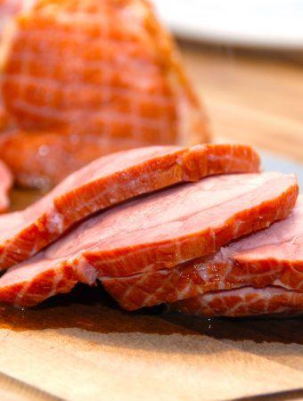 Den perfekte kogetid på røget skinke er cirka 40 minutter pr. kilo skinke. Så er skinken stadig saftig og lækker. Efterfølgende skal skinken trække i 20 minutter i kogevandet. Foto: Madensverden.dk.