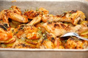 Kylling i fad er nem aftensmad, der laves i ovnen. Skær kartofler i skiver, og læg dem nederst i et ovnfast fad. Derpå lægger du så den parterede kylling, og steger det hele i ovnen. Foto: Madensverden.dk.