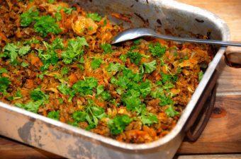 En virkelig lækker ret med hakket oksekød med hvidkål, der steges i et ildfast fad i ovnen. Bland gulerødder med hvidkål og oksekød, tilsæt lidt krydderier og så har du denne lækre ret. Foto: Madensverden.dk.