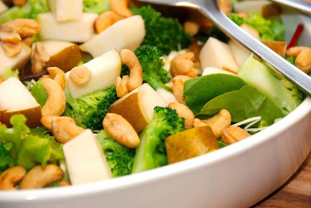 Sund og god pæresalat med cashewnødder, der laves med en blandet grøn salat. Foto: Guffeliguf.dk.