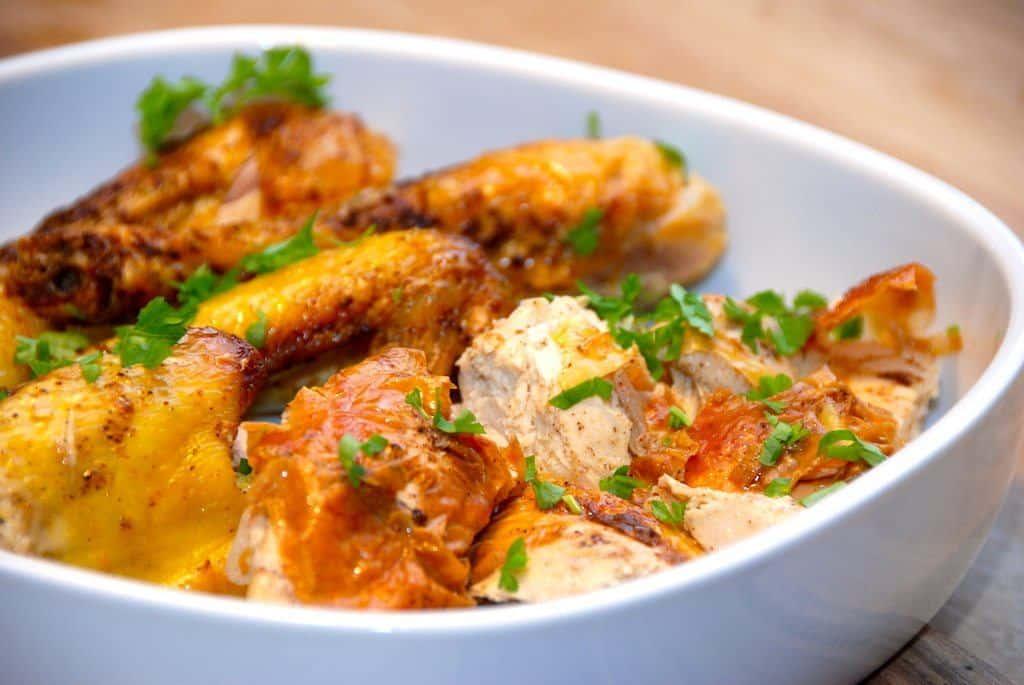 Skøn paprikakylling, der steges i ovnen ved 200 grader. Kyllingen, her en god kylling fra Løgismose, pensles med smeltet smør og krydres derefter med paprika. Foto: Guffeliguf.dk.