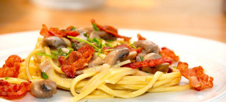 Uimodståelig pasta med champignonsauce og bacon. Her er det frisk spaghetti, der vendes med sauce med rødløg, champignon og sprødstegt bacon. Foto: Guffeliguf.dk.
