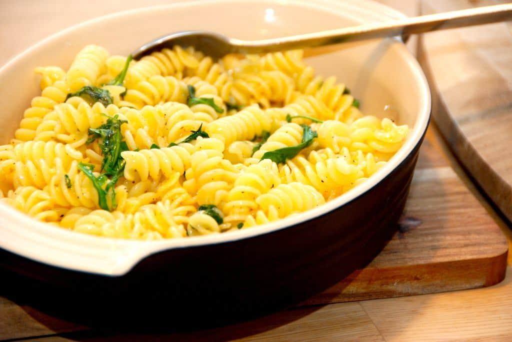 Italiensk mad når det er bedst. Pasta med hvidløgssmør. Pastaskruer koges al dente, og vendes i hvidløgssmør og frisk rucola og basilikum. Foto: Guffeliguf.dk.