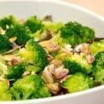 Virkelig dejlig salat med pistacienødder. Salaten laves af en grøn salat, spidskål i strimler, broccoli og pistacienødder. Foto: Guffeliguf.dk.