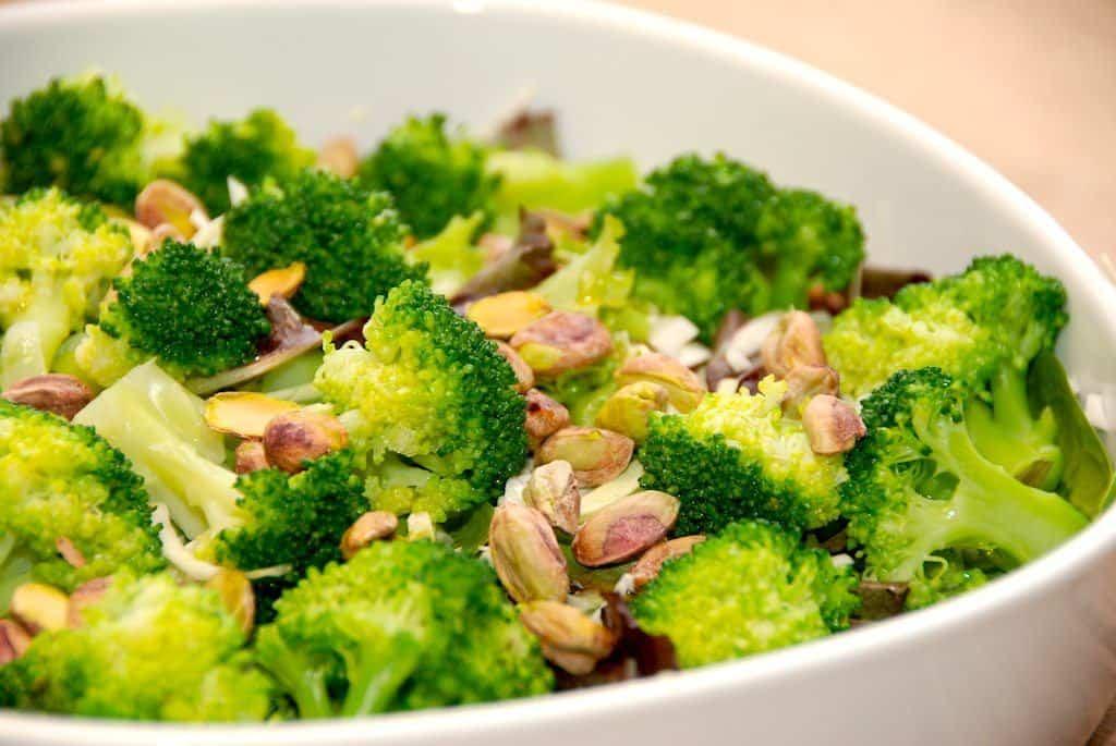 Lækker salat med pistacienødder og spidskål