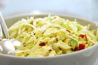 Nem salat med spidskål, æbler og pinjekerner