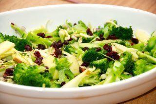 Salat med tranebær og broccoli