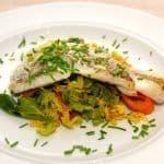 Skindstegt hvilling er en nem aftensmad, der samtidig er sundt. Her anrettet med lynstegte grøntsager i form af savoykål, gulerødder og forårslåg. Foto: Guffeliguf.dk.