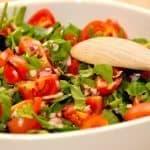 Flot og sund spinatsalat med cherrytomater og finthakket rødløg, der vendes med lidt balsamico og en god olivenolie. Foto: Guffeliguf.dk.