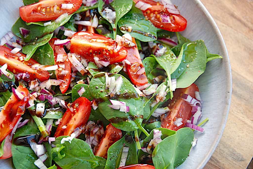 Spinatsalat med babyspinat, tomater og rødløg